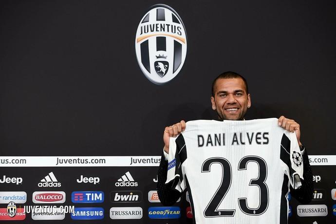 Erfarne Dani Alves blir en kugge som kan hjälpa många yngre förmågor Foto: Juventus.com
