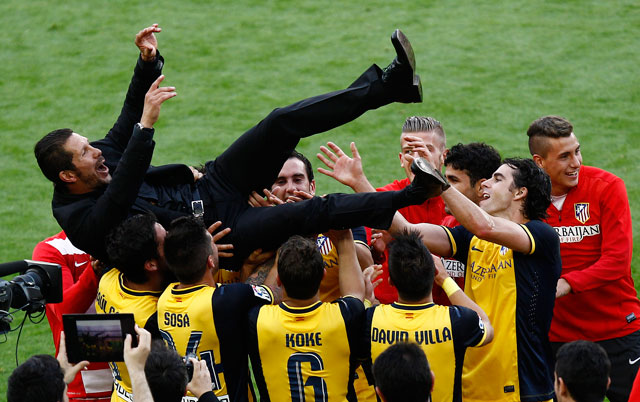 Diego Simeone hissas efter La Liga-triumfen 2013/2014 med Atlético Madrid, en dunderskräll. Ligatiteln verkar stå mellan giganterna Barcelona och Real Madrid i år. Foto: Barcelonafootballblog.com