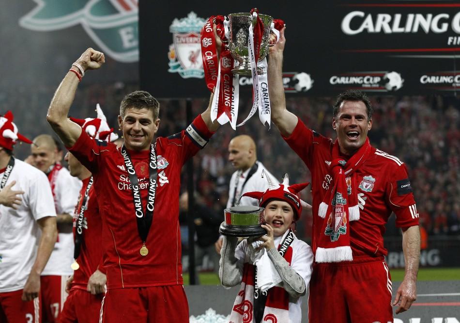 Gerrard och Carragher lyfter bucklan 2012. Då hetter turneringen Carling Cup. Återstår att se om de lyckas återupprepa den bedriften i år. Foto: The Times